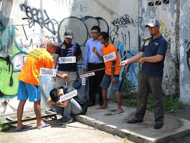 Sejumlah tersangka melakukan adegan rekonstruksi pembunuhan anak punk, MR (16) di perempatan Gaplek, Pamulang, Rabu (6/2). Polres Tangerang Selatan melakukan rekonstruksi pembunuhan sadis anak punk yang terjadi 16 Januari 2019. (Merdeka.com/Arie Basuki)