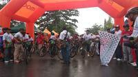 3.000 pesepeda tetap ikut Gowes Nusantara di Tarakan meski lokasi diguyur hujan (dok: Kemenpora)