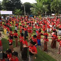 Antusias para peserta flash mob tari tradisional pendet asal Bali di Museum Nasional Indonesia, Jakarta, Sabtu (23/4). Kegiatan ini menyambut peringatan ulang tahun Museum Nasional Indonesia pada 24 April 2016 (Liputan6.com/Angga Yuniar)