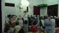 Jamaah Naqsabandiyah Deli Serdang gelar Salat Ied lebih cepat sehari dari ketetapan pemerintah. 9Liputan6.com/Reza Perdana)