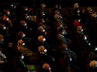 Para lansia penghuni panti jompo yang telah menerima vaksin virus corona COVID-19 menyaksikan pertunjukan di EDP Gran Via Theatre, Madrid, Spanyol, 24 Februari 2021. Pandemi COVID-19 di Spanyol mencatatkan kematian sekitar 68.000 orang dari lebih dari 3,1 juta kasus. (GABRIEL BOUYS/AFP)
