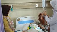 Kondisi Rizki bocah asal Cirebon yang koma selama 4 tahun mulai terlihat membaik (Liputan6.com / Panji Prayitno)