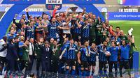Inter Milan merayakan gelar Scudetto Serie A 2020/2021 setelah laga terakhir kontra Udinese, Minggu (23/5/2021) di Stadion Giuseppe Meazza. (AFP/Miguel Medina)