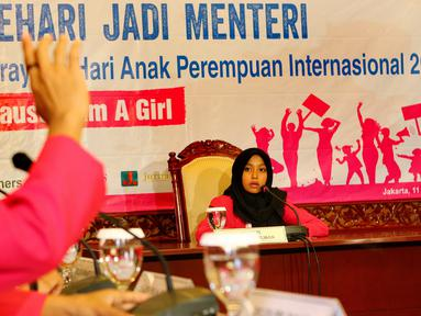 Seorang siswi yang berperan sebagai Menaker sedang memimpin rapat kerja di Kemenaker, Jakarta, Selasa (11/10). Kegiatan 'Sehari Jadi Menteri' ini dalam rangka merayakan Hari Anak Perempuan Internasional (Liputan6.com/Fery Pradolo)