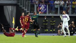 Fiorentina langsung ketiban sial ketika babak pertama baru berjalan 17 menit. Mereka harus kehilangan kiper Bartlomiej Dragowski (kanan) setelah wasit mengeluarkan kartu merah. Dragowski tampak melakukan pelanggaran keras terhadap Tammy Abraham. (Foto: AP/Gregorio Borgia)