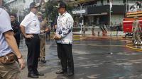 Gubernur DKI Jakarta, Anies Baswedan bersama Walikota Jakarta Pusat, Bayu Meghantara saat memantau pembersihan sisa residu gas air mata dari badan jalan MH Thamrin dekat Gedung Bawaslu, Jakarta, Kamis (23/5/2019). (Liputan6.com/Helmi Fithriansyah)