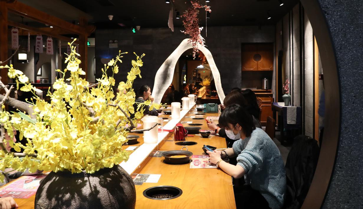 Pelanggan menyantap makanan di sebuah restoran di Lanzhou, Provinsi Gansu, 18 Maret 2020. Dalam beberapa hari terakhir, sejumlah restoran di kota itu kembali menyediakan layanan makan di tempat (dine-in) dengan menerapkan langkah-langkah pencegahan ketat guna memerangi COVID-19. (Xinhua/Du Zheyu)