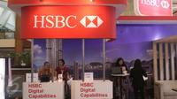 Bank HSBC ikut berpartisipasi di acara Indonesia Banking Expo (IBEX) 2015 di JCC, Jakarta, Kamis (10/9/2015). Sejumlah bank menawarkan beragam fasilitas untuk menarik pengunjung menabung di tempatnya. (Liputan6.com/Angga Yuniar)