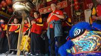 Para pemain barongsai dan liong sedang melakukan sembahyang di Kelenteng Po An Kion di Coyudan, Solo, sebelum berkeliling menyambut perayaan Cap Go Meh di Solo, Jumat (2/3).(Liputan6.com/Fajar Abrori)