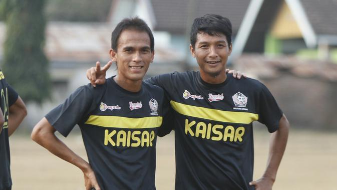 Faris Aditama dengan Qischil Gandrumini. (Bola.com/Gatot Susetyo)