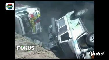 Jalan di atas galian proyek underpass di Sleman, ambrol. Akibatnya, truk dan sebuah Jeep milik warga Australia terperosok masuk lubang.