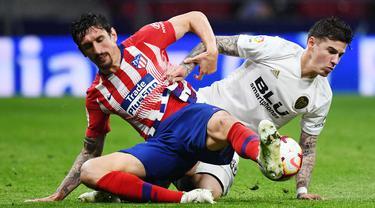 Stefan Savic (kiri) merupakan salah satu pemain dibalik kokohnya pertahanan Atletico Madrid. Hal tersebut dibuktikan ketika skuat asuhan Diego Simione hanya kemasukan 25 gol dari 38 laga pada musim lalu dan mengantarkan Los Rojiblancos juara Liga Spanyol musim 2020/2021. (Foto: AFP/Gabriel Bouys)