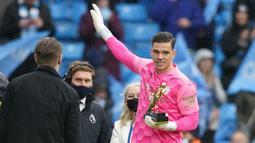 Ederson. Kiper Manchester City berusia 28 tahun ini adalah peraih penghargaan Golden Gloves dua musim terakhir di Premier League. Ia juga mampu membawa Manchester City menjadi finalis Liga Champions musim lalu dan mengantar Argentina di posisi kedua Copa America 2021. (AFP/Pool/Dave Thompson)