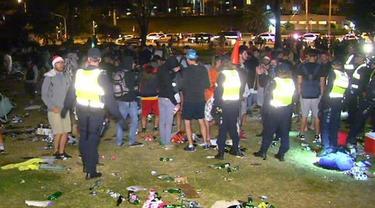 Pengunjung pesta meninggalkan kekacauan besar, termasuk botol kaca yang pecah dalam jumlah banyak. (ABC News)