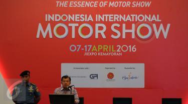 Wakil Presiden RI Jusuf Kalla (kanan) memberikan sambutan saat membuka secara resmi Indonesia Internasional Motor Show 2016 di JIEXPO Kemayoran, Jakarta, Kamis (7/4/2016). IIMS 2016 akan berlangsung hingga Minggu (17/4). (Liputan6.com/Helmi Fithriansyah)