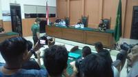 Terdakwa Prada DP saat mendengarkan vonis hukuman penjara seumur hidup di Pengadilan Militer I-04 Palembang (Liputan6.com / Nefri Inge)