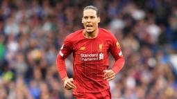 1. Virgil van Dijk (Liverpool) - Pemain asal Belanda ini menjadi bek tengah terbaik yang dimiliki Liverpool saat ini. Virgil van Dijk mampu menjadi tembok pertahanan yang kokoh skuat Liverpool dan sulit ditembus pemain lawan. (AFP/Olly Greedwood)