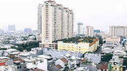 Pemandangan permukiman dan perkantoran dilihat dari kawasan Mangga Dua Jakarta, Kamis (8/11). Populasi di Jakarta yang mencapai 35,6 juta jiwa diperkirakan akan bertambah 4,1 juta orang antara 2017 dan 2030. (Liputan6.com/Immanuel Antonius)
