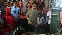 Calon Presiden Nomor Urut 01, Joko Widodo atau Jokowi melakukan blusukan ke Pasar Cihaurgeulis, Bandung, Minggu (11/11). Dalam kesempatan itu, Jokowi juga membeli sejumlah dagangan pasar seperti bayam, ubi dan kangkung. (Liputan6.com/Angga Yuniar)
