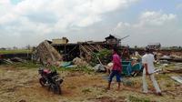 Puluhan rumah rata dengan tanah saat angin puting beliung menerjang Desa Sejangko 2, Kecamatan Rantau Panjang, Kabupaten Ogan Ilir (OI), Sumatera Selatan. (LIputan6.com/Raden Fajar)
