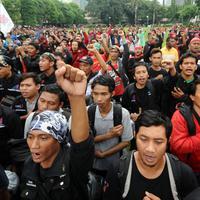 Ratusan buruh berkumpul melakukan aksi di lapangan DitSabhara Polda Metro Jaya, Jakarta,  Rabu (17/2/2016). (Liputan6.com/Helmi Fithriansyah)