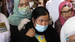 Etty binti Toyib saat tiba di bandara Soekarno Hatta, Tangerang, Senin (6/7/2020). Etty binti Toyyib merupakan Pekerja Migran Indinesia  asal Majalengka, Jawa Barat yang lolos dari hukuman mati di Arab Saudi berkat tebusan 4 juta riyal atau Rp 15,5 miliar. (Liputan6.com/Angga Yuniar)