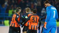 Pemain Shakhtar Donetsk, Facundo Ferreyra dan timnya merayakan gol ke gawang AS Roma pada leg pertama babak 16 besar Liga Champions di Oblasny SportKomplex Metalist, Kamis (22/2). Roma dipaksa takluk 1-2 meski lebih dahulu unggul. (AP/Efrem Lukatsky)