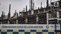 Aktivitas pekerja saat menyelesaikan proyek pembangunan rumah susun sewa (Rusunawa) Ujung Menteng di Jalan Inspeksi KBT, Jakarta, Kamis (5/11/2020). Rusunawa Ujung Menteng yang dibangun oleh PT Brantas Abipraya (Persero) itu ditargetkan rampung pada 2021. (merdeka.com/Iqbal Nugroho)