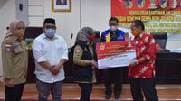 Kemensos menyerahkan santunan ahli waris korban meninggal dunia akibat gempa bumi, tsunami, dan likuifaksi Sulawesi Tengah (Sulteng). (foto: dokumentas Kemensos)