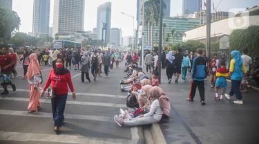 Warga berolahraga saat car free day (CFD) di kawasan Bundaran HI, Jakarta, Minggu (17/11/2019). Usai ditertibkan, tak terlihat satu pun PKL yang berjualan di lokasi tersebut. (Liputan6.com/Faizal Fanani)