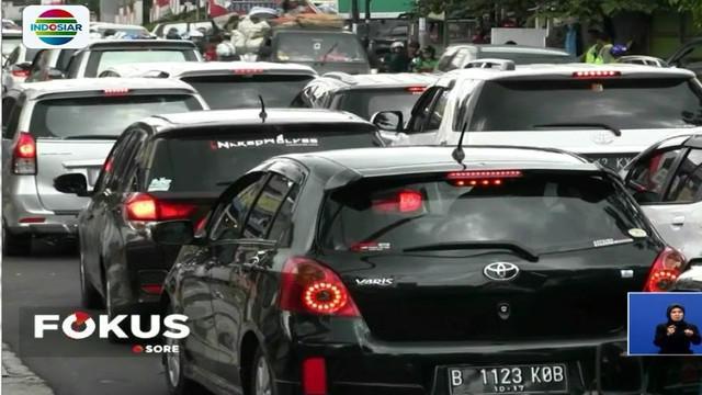 Ribuan kendaraan dari arah Bandung menuju Jakarta didominasi kendaraan pribadi dan bus wisata yang memadati ruas jalan.