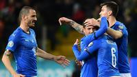 Para pemain Italia merayakan gol yang dicetak oleh Marco Verratti ke gawang Liechtenstein pada laga Kualifikasi Piala Eropa 2020 di Stadion Ennio-Tardini, Selasa (26/3). Italia menang 6-0 atas Liechtenstein. (AFP/Miguel Medina)