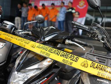 Barang bukti hasil kejahatan pecurian sepeda motor dengan pemberatan di Polda Metro Jaya, Jakarta, Jumat (3/5/2019). Polisi meringkus enam orang tersangka kasus pencurian dengan barang bukti berupa sejumlah sepeda motor, senjata api serta alat pembuka kunci motor. (Liputan6.com/Immanuel Antonius)
