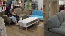 Pengunjung memperhatikan beragam furniture bergaya minimalis di gerai JYSK Indonesia di Bellevue Mall, Depok, Jawa Barat, Senin (19/11). JYSK menawarkan pengalaman berbelanja yang meliputi konsultasi, perakitan, dan pengiriman. (Merdeka.com/Arie Basuki)