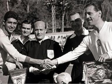 Kapten Brazil Mauro dan Ladislav Novak dari Ceko bertukar panji sebelum pertandingan final Piala Dunia FIFA 1962 di Chili (fifa.com)