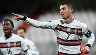 Cristiano Ronaldo. Dengan koleksi 11 gol di fase kualifikasi, striker Portugal ini membawa misi untuk mempertahankan trofi Piala Eropa yang direbut dalam edisi sebelumnya. Total 11 golnya di antaranya diraih saat mencetak quattrick dalam kemenangan 5-1 atas Lithuania. (AFP/John Thys)