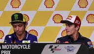 Pembalap asal Spanyol Marc Marquez (kanan) melihat kearah Pembalap Italia Valentino Rossi (kiri)  saat press conference di Sepang International Circuit, Malaysia, 22 October 2015.  (EPA / Fazry Ismail)