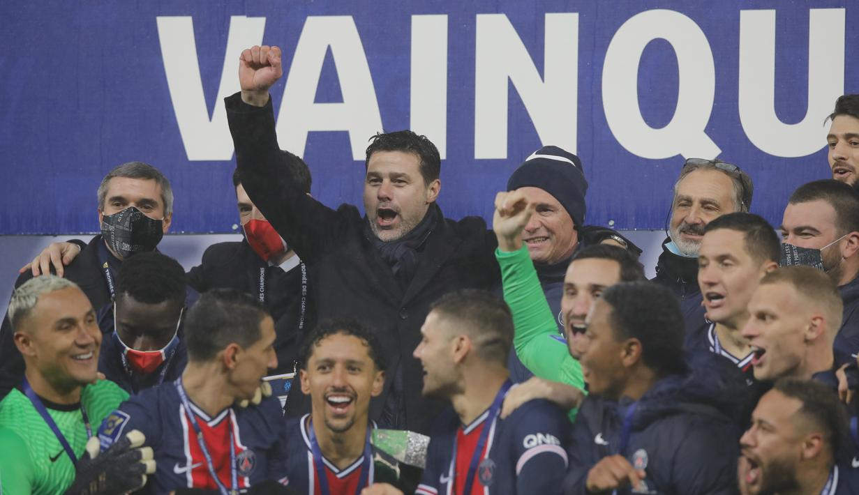 Pelatih PSG, Mauricio Pochettino (tengah) berselebrasi bersama pemain saat meraih trofi Piala Super Prancis 2020/2021 di stadion Bollaert di Lens, Prancis utara, Kamis (14/1/2021). PSG menang atas Olympiqe de Marseille 2-1. (AP Photo/Christophe Ena)