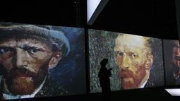 Seorang pengunjung wanita melihat-lihat lukisan Vincent van Gogh versi digital di Dubai, Uni Emirat Arab, Minggu (11/3). Pameran ini bertema Van Gogh Alive. (AP Photo/Kamran Jebreili)