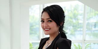 Sebagai salah satu pengisi dalam album kompilasi DanceDhut Nation 2016 yang mendapatkan rekor MURI, Siti Badriah mengaku bangga. (Deki Prayoga/Bintang.com)