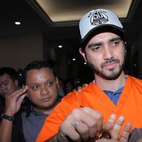 Satu lagi selebriti tertangkap akibat dugaan penyalahgunaan narkoba. Artis Fachri Albar ditangkap dikediamannya di kawasan Cirendeu, Jakarta Selatan pada Rabu, (14/2/2018) sekitar pukul 07.00 WIB. (Deki Prayoga/Bintang.com)