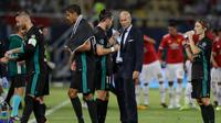 Pelatih Real Madrid Zinedine Zidane berbincang dengan gelandang Gareth Bale saat break selama 3 menit dalam pertandingan final Piala Super melawan MU di Arena Philip II di Skopje (8/8). (AP Photo/Thanassis Stavrakis)