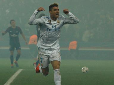 Bintang Real Madrid, Cristiano Ronaldo, merayakan gol yang dicetaknya ke gawang PSG pada laga Liga Champions di Stadion Parc des Princes, Paris, Selasa (6/3/2018). Madrid berhasil lolos ke delapan besar. (AFP/Geoffroy Van Der Hasselt)