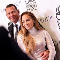 Alez Rodriguez setia mendampingi Jennifer Lopez. (Mike Coppola / AFP)