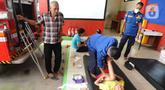Petugas Damkar mengobati seorang anak yang mengalami patah tulang di Pos Damkar Ciganjur, Jagakarsa, Jakarta Selatan, Rabu (2/12/2020). Setiap Minggunya beragam pasien yang rata-rata mengalami patah tulang dari kawasan Jakarta, Tangerang, dan Depok datang berobat. (merdeka.com/Arie Basuki)