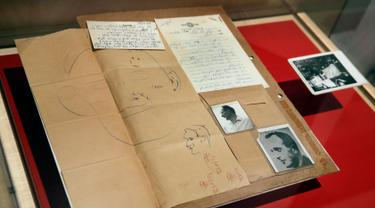 Berkas laboratorium forensik yang membandingkan foto Adolf Eichmann dengan Ricardo Klement yang ditampilkan di Jewish Heritage, New York (14/7). Dalam pelariannya Adolf Eichmann mengganti identitasnya menjadi Ricardo Klement. (AP Photo/Richard Drew)