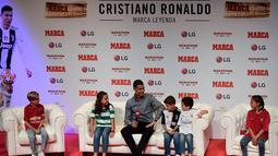 Anak-anak mewawancarai Penyerang Juventus, Cristiano Ronaldo  saat meraih penghargaan media olahraga top Spanyol, Marca di Reina Victoria Theater, Madrid (29/7/2019). menghabiskan sembilan musim bersama Real Madrid sebelum bergabung Juventus pada musim panas 2018. (AFP Photo/Javier Soriano)