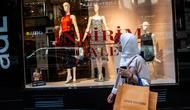 Seorang wanita memegang tas belanja Louis Vuitton di Istanbul pada 13 Agustus 2018. Di tengah kondisi lira yang terus melemah, wisatawan mancanegara justru menikmati berbelanja barang-barang mewah di Turki dengan harga yang sangat miring (AFP/Yasin AKGUL)