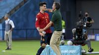 Penyerang Spanyol, Alvaro Morata memeluk pelatih Luis Enrique saat berselebrasi usai mencetak gol ke gawang Polandia pada pertandingan grup E Euro 2020 di stadion La Cartuja di Seville, Spanyol, Sabtu (19/6/2021). Spanyol bermain imbang dengan Polandia dengan skor 1-1. (Lluis Gene/Pool via AP)
