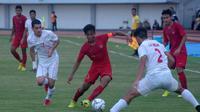 Kapten Timnas Indonesia U-19, David Maulana (merah) dikepung pemain Timnas Iran U-19 dalam laga uji coba di Stadion Mandala Krida, Yogyakarta, Rabu (11/9/2019). (Bola.com/Vincentius Atmaja)